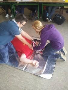 Die Schüler lernten, den Helm eines verunglückten Motorradfahrers sicher zu entfernen.