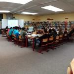 Die Gruppe traf sich in der Bibliothek, dem wohl besten Platz für einen Literatur-Workshop.