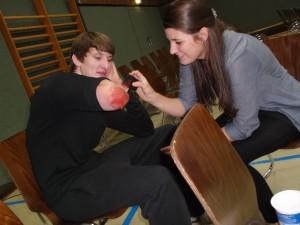 Mit professioneller Maske studierten die Schüler ein Stück ein.