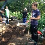 Damit in Zukunft das Grillen noch mehr Spaß macht, bauten die Schüler eine Drainage.