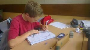 Ein Schüler beim Zeichnen einer Hüllkurve.