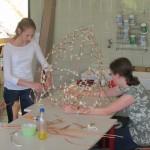 Die Schüler bauten zunächst die Gerüste für die Lampions, die sie später verkleideten