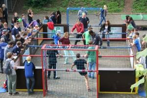 """Beim """"Menschen-Kicker"""" traten Schüler, Lehrer und Eltern gegeneinander an."""