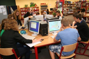 In der Bibliothek lernen die Schüler den Umgang mit alten und neuen Medien.