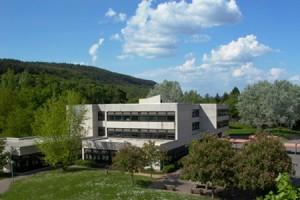 Im Hauptgebäude sind die Klassenräume untergebracht.
