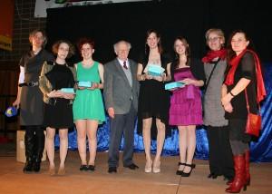 Lisa Koch, Kathrin Koster, Anna-Lena Schönhofen und Lena Zimmermann erhielten von Dr. Peter Keyser den Friedrich-Spee-Preis. Mit auf dem Bild: Lehrerin Gaby Bader (links) sowie Angelika Barg und Marlene Reusch-Lamacz von der Lebenshilfe Trier (rechts)