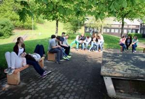 Die Schüler freuen sich über die neuen Sitzgelegenheiten.