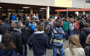 Kajo Hammann ehrte die erfolgreichen Schüler auf dem FSG-Schulhof.