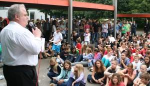 Schüler und Lehrer beim gemeinsamen Schuljahresabschluss.