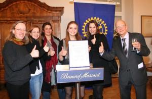 Die Siegerin mit den betreuenden Lehrern: Elisabeth Wagner, Susanne Hermes, Katrin Wagner, Dr. Fee Rautert, und Klaus-Dieter Schmidt (von links).
