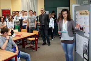 Oberstufen-Schüler präsentieren ihre Ergebnisse.
