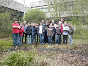 Herr Collmann mit den Schülern, die den Schulgarten wieder zum Leben erweckt haben.