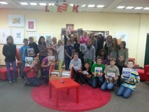 Die Schüler der 6b mit Klassenlehrerin Frau Hermes bei der Buchübergabe.