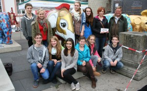 Anja Gerten überricht mit einer Schüler-Delegation die Spende an Remand Houben.