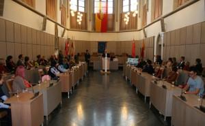 Ein feierlicher Augenblick: Deutsche und chinesische Schüler haben sich im großen Rathaussaal versammelt.