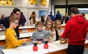 Im Chemie-Raum wurden die Gast-Schüler zu Forschern.