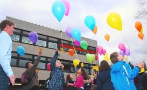 Zum Abschluss der Veranstaltung ließen die Viertklässler die Luftballons aufsteigen.
