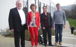 Schulleiter Kajo Hammann, Ministerialdirigentin Barbara Mathea, Ursula Biehl von der ADD und FSG-Ganztagskoordinator Arndt Collmann (von links).