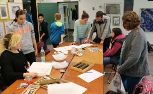 Sebastian Böhm arbeitet mit den Schülern im Atelier.