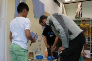 Der Künstler begleitet die Schüler bei