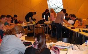 Die Schüler des FSG sichteten historische Dokumente.
