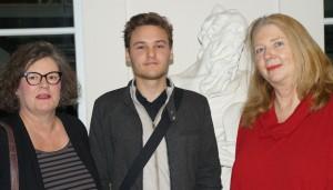 Manfred Michel (FSG), Hauptgewinner der diesjährigen Abi-Preis-Verleihung, nahm im Rahmen der Vernissage der Künstlerin Hiltrud Faßbender von der neuen GB-Kunst-Vorsitzenden Katharina Worring und der Leiterin der Europäischen Kunstakademie Dr. Gabriele Lohberg die Glückwünsche entgegen.