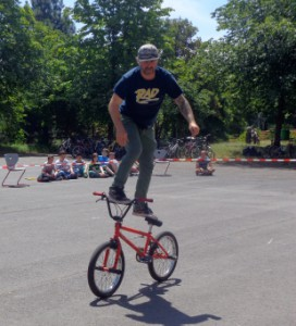 Axel Reichertz demonstrierte den Schülern, was mit dem Fahrrad alles möglich ist.