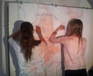 Schüler bei der Erstellung der Landkarte.