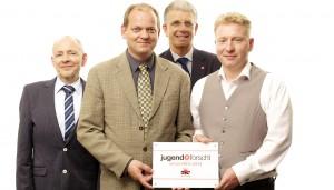 Ronny Döring (rechts) und Raimund Stehmann (Zweiter von links) nahmen den Preis von Klaus Eikmeier (links, cts-reisen) und Dr. Nico Koch (Jugend forscht) entgegen
