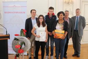Matthias Munkler, Olivia Pringle und Sarah Zahnen nehmen mit Latein-Lehrer Herr Koob den Preis entgegen (Foto: Martin Leineweber, RGP).