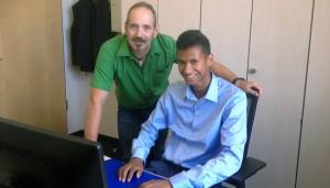 Rasheed arbeitet zwei Wochen lang in der Volksbank Trier.
