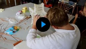 Die Fünftklässler beim Bau der Lampions für das bevorstehende Schulfest.