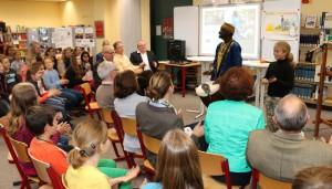 """Ibou - der Trommler und """"Geschichten-Erzähler"""" aus Afrika bei der Vorstellung der Ergebnisse."""