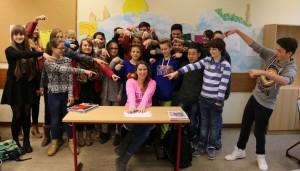 """Die Schüler der 8. Klasse zeigen, wer den """"Deutschen Lehrerpreis"""" erhalten hat: ihre Klassenlehrerin Dr. Fee-Isabelle Rautert."""