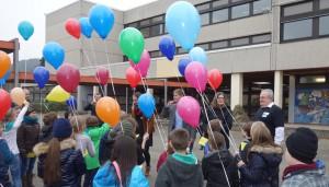 Bürgermeisterin Birk beim Luftballonstart zum Abschluss der Veranstaltung.