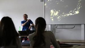 Thomas Rahne demontrierte den Schülern Satellitenbilder der Erde.