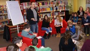 Autor Stefan Gemmel mit seiner Schreibwerkstatt im Leseclub am Friedrich-Spee-Gymnasium Trier.