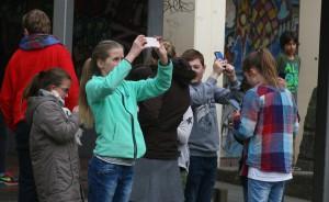 Während die Schüler das Naturphänomen mit ihren Handys festhielten, ...