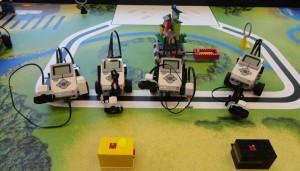 Vier der acht Mindstorms im Roboterparcour.