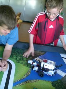 Felix und David prüfen, ob ihr Roboter macht, was er soll.