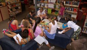 Der Autor Stefan Gemmel bespricht in der Leseecke des Friedrich-Spee-Gymnasiums sehr intensiv die in seiner Gedichtwerkstatt entstandenen Gedichte mit den jungen Nachwuchslyrikern.