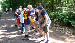 """Die FSG-Schüler beim """"Baumscheibenspiel""""."""