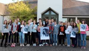 Schüler führen durch die Anne-Frank-Ausstellung.