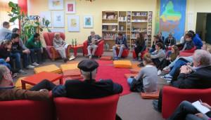 Gespannte Zuhörer in der Bibliothek.