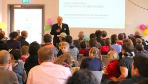 Schulleiter Kajo Hammann begrüßte die Gäste in der Mensa.