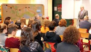 Schulleiter Kajo Hammann spricht bei der Ausstellungs-Eröffnung.