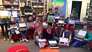 Die Schüler präsentieren ihre Bücher-Kartons.