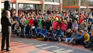Mit Spannung verfolgen die Schüler, was ihre Mitschüler geleistet haben.
