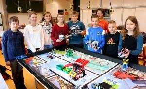 """Die Teilnehmer der Robotics-AG bereiten sich auf die """"First Lego League"""" vor."""