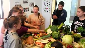 Schüler informieren sich über verschiedene Obst- und Gemüsesorten